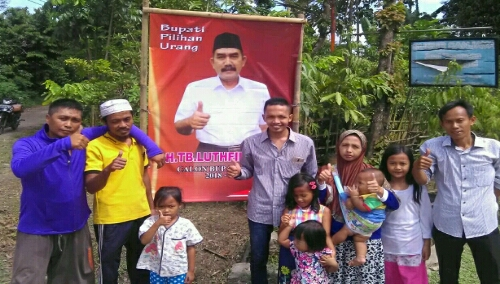 Antusias masyarakat berfoto di depan baliho TB.Lutfhi Syam dan berharap beliau harus maju dalam pilkada Kab.Bogor 2018