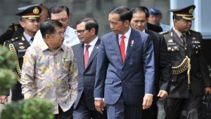 Presiden Jokowi sebelum keberangkatan menuju Istanbul Turki, di Pangkalan TNI AU Halim Perdanakusuma, Jakarta, Selasa (12/12).