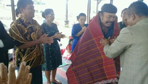 Foto; Ketua PPTSB kenegerian Ambarita, mangulosi Beresman Sinaga, bukti dukung nyata di Pileg tahun 2019