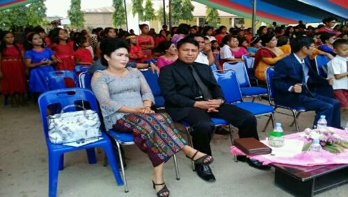 Foto: Ibu Kepala Sekolah SMP Negeri 02 Pangururan, Enny Juliana Pelita Naibaho S.Pd, didampingi rohaniawan Evagelis Welly Pangalo