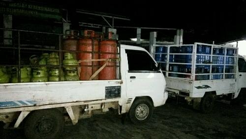 Foto : Dua kendaraan Di amankan ke kantor Polisi Sektor Cileungsi yang mengangkut Gas Subsidi 3 Kilogram Dari Lokasi Penggerebekan.