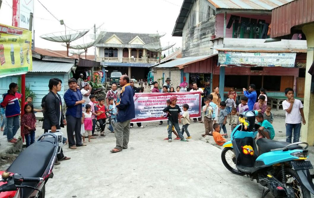 Ket foto :warga desa Lingga julu saat kelilingi Desanya
