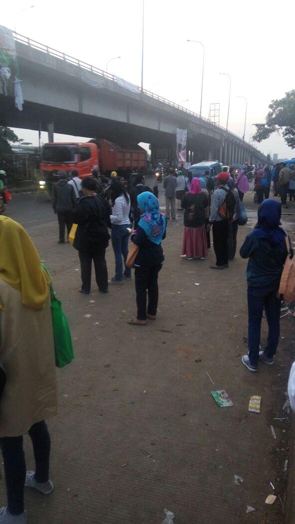 Foto : Akibat dari Demo Para pengemudi angkot,Para pengguna jasa Angkutan umum terlantar karena tidak beroperasinya angkutan umum di Cileungsi.