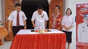 Gubernur Sulawesi Utara Olly, SE menandatangani Prasasti bersama Ketua Sinode GMIM DR. Hein Arina ( Kiri, berdasi), didampingi Ketua BPMJ Pdt. Apeles Toleng STh (batik) dan Ketua BPMW Tumompaso I Pdt. Kathrina Tampinongkol STh (Kanan)