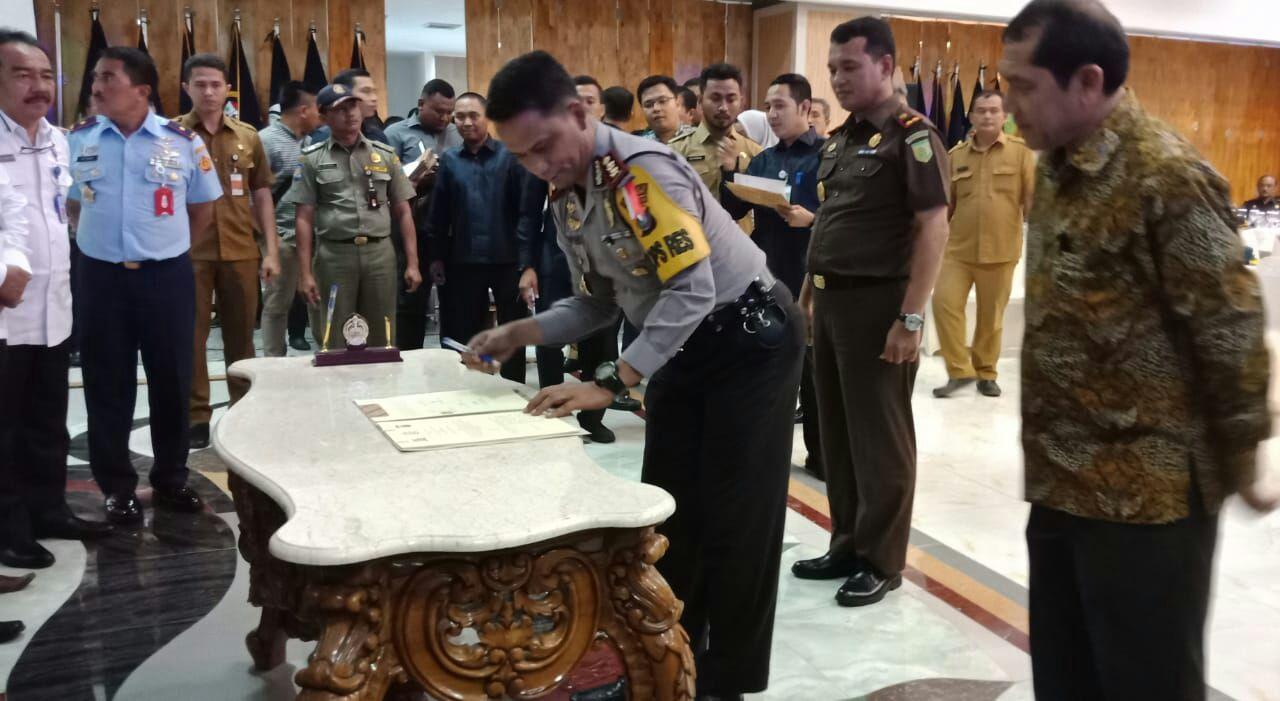Ket foto : Kapolres Karo menandatangani kesepakatan (MoU) yang di saksikan oleh bupati Karo, Selasa(15/05).