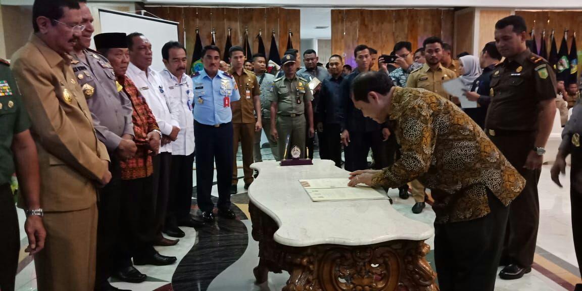 Ket foto : Bupati Karo turut menandatangani kesepakatan (MoU) selasa (15/05)yang di saksikan oleh Gubsu, Pangdam, Kapoldasu diGedung Aula Raja Inal Siregar Medan.