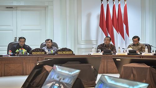 Presiden Jokowi berdiskusi dengan Wapres dan Seskab sebelum Rapat Terbatas mengenai Peningkatan Kerja Sama Indonesia dengan Negara-Negara Kawasan Pasifik Selatan