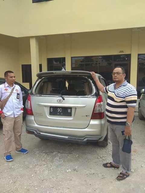Foto : Ketua DPW JPKP Sumut,Trie Yanto (kanan) di dampingi Rudy Chairuruh sedang melihat kendaraan Yang berhasil di amankan Di polsek Sunggal Medan.