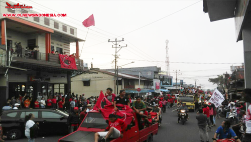 Konvoi menjelang senja, massa pendukung ROR-RD bergembira di Pusat Kota Kawangkoan