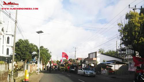 Massa pendukung ROR-RD di jalan raya Kota Langowan berkonvoi menuju kediaman Royke Roring di Leilem Sonder