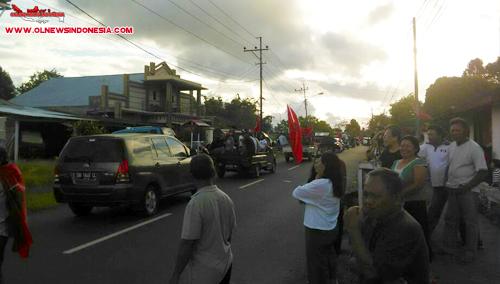 Warga Tompaso berdiri di pinggir jalan menyaksikan iring-iringan konvoi dari Langowan dan Tompaso menuju Kawangkoan