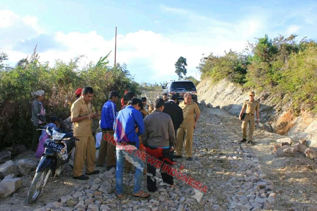 Foto : Bupati Samosir, Dra.Rapidin Simbolon MM, monitoring pembangunan pembukaan Jalan Desa Sideak - Desa Urat II kecamatan Palipi Samosir.