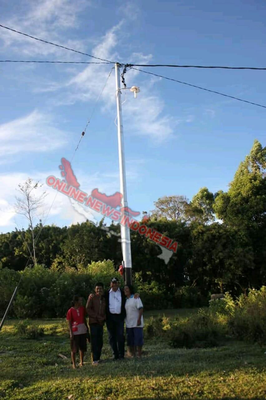 Foto : Bupati Samosir, Drs.Rapidin Simbolon MM, foto bersama warga di dusun Sibosa yang sudah teraliri listrik