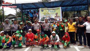 Kapolsekta Berastagi, Kompol Aron TT Siahaan SH dan Personil, bersama warga (petugas kebersihan)berpose bersama, Jumat (07/09)2018