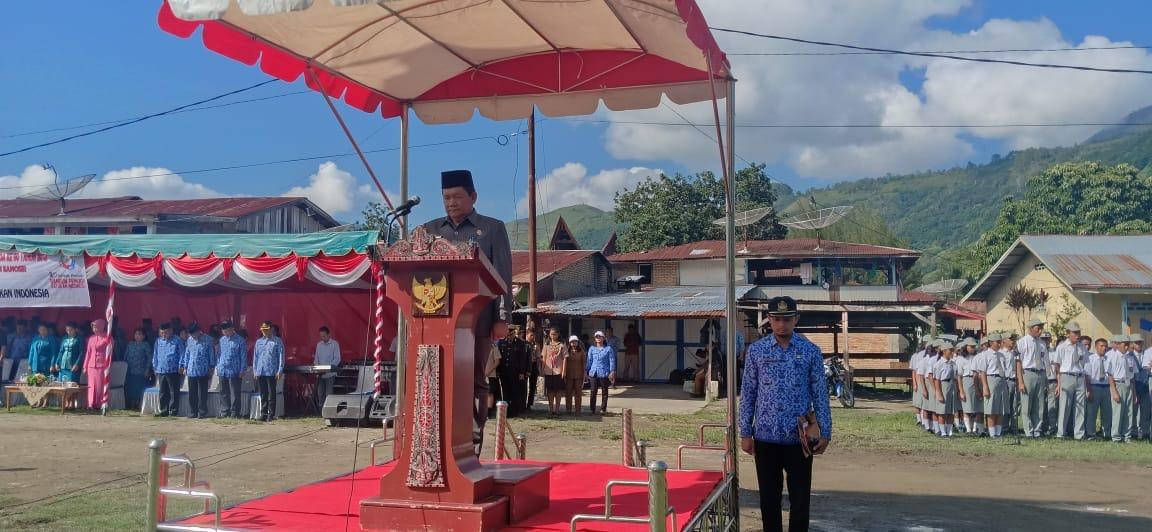 Foto : Bupati Samosir Drs.Rapidin Simbolon MM pimpin upacara peringatan Hari Sumpah Pemuda di lapangan Onan Lama Pangururan Samosir Sumatera Utara, Senin (29/10).