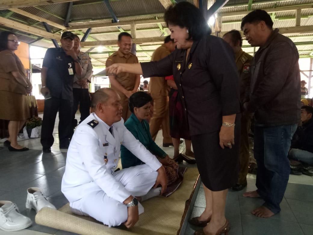 Ket foto  : Wakil Bupati Karo Cory Sriwaty Br Sebayang saat Njujungi Beras (memberikan beras)  di atas kepala Kepdes terpilih sebagai salah satu prosesi adat Karo, Selasa 06/11) 2018