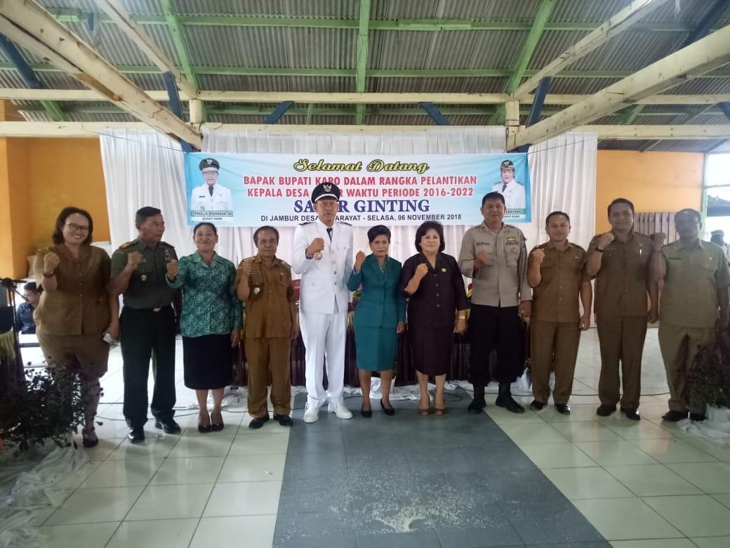 Ket foto : Kepdes terpilih berfose bersama  wakil bupati Karo dan Muspika di sela sela kegiatan. Selasa , 06/11) 2018