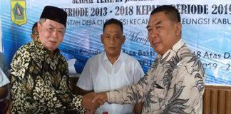 Pelaksanaan serah terima jabatan dari Ketua BPD lama, H. Soma (kiri) kepada Ketua BPD Desa Cileungsi baru, Asep Mariana (kanan) Disaksikan Oleh Kepala Desa Cileungsi H Beni Sopian