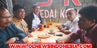 Bupati Karo Bersama tokoh masyarakat dan anggota DPRD Karo saat Berbincang bincang di kedai kopi Simpang Enam Kabanjahe