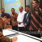 Bupati Karo Terkelin Brahmana SH saat membubuhkan tanda tangan di saksikan oleh Wakil Gubernur Sumatera Utara Musa Rajeksah, Selasa (26/03) 2019 di Hotel Santika Medan.