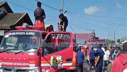 Damkar milik Pemkab Karo saat melakukan pemadaman api di desa Raya kecamatan Berastagi, Rabu (06/03) 2019