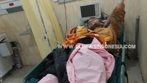 Ket foto  : warga negara Jerman Qwirin korban Laka Lantas saat mendapatkan pertolongan pertama dari pihak Medis Kabupaten Karo sebelum di bawa ke rumah sakit Medan guna perawatan lanjut, Selasa (12/03) 2019