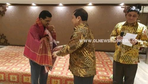 Ket foto : tampak Bupati Karo Terkelin Brahmana SH saat menyematkan Cindramata  Uis Beka Buluh simbol pakaian adat suku Karo kepada perwakilan pemerintahan India dalam rangka kunjungan terkait program ZBNF, Rabu (20/03) 2019
