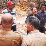 Bupati Karo Bersama jajaranya Berbincang di titik lokasi longsor di Desa Semangat Gunung Kec.Merdeka Kabupaten Karo, Senin (22/04) 2019