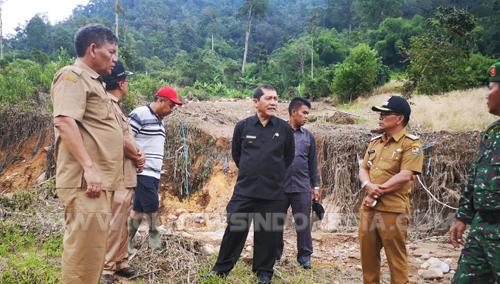 Bupati Karo saat memantau langsung ke titik Longsor akibat banjir bandang beberapa waktu lalu di desa Semangat Gunung kec.Merdeka Kab Karo, Senin (22/04) 2019