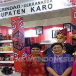 Ny.Sariati Sitompul (tengah) saat berada di Stand Disperindag Kab Karo dalam pameran dagang kerajinan Internasional (INACRAFT) yang berlangsung di Jakarta Convention Center, Rabu (24/04) 2019