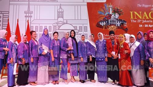 Ny.Sariati Sitompul berfose di sela sela kegiatan Pameran Dagang Kerajinan Internasional (INACRAFT) Bersama Ketua Dekranasda Sumut dan Ketua ASEPHI serta undangan lainnya, di Jakarta Convention Center Rabu (24/04) 2019