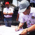 Bupati Karo saat membubuhkan tanda tangannya Pemilu Damai Tanah Karo di kegiatan KPU RUN di halaman kantor DPRD Karo, Minggu) 07/04) 2019