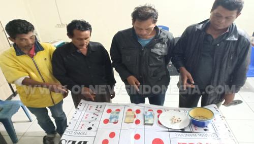 Keempat tersangka dan barang bukti alat permainan judi jenis dadu Kopiok  di amankan di Kantor Polsekta Berastagi, Senin (08/04) 2019