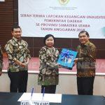 Bupati Karo Terkelin Brahmana saat memberikan penyerahan dokumen laporan keuangan Per Desember 2018, Di Medan