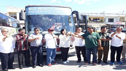 Foto : Bupati, Wakil Bupati, Ketua DPRD kabupaten Samosir bersama para OPD dan tokoh Masyarakat louncing Bus Wisata yang akan menjelajahi 12 titik objek wisata dengan rute Pangururan - Sianjur Mulamula dan Harian, Sabtu (13/4) di Terminal Onan Baru Kecamatan Pangururan.