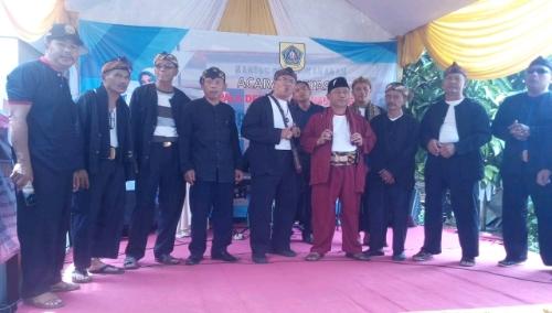 Foto : Para Staf Desa Sukamanah berfose Bersama Hadi Sutardi.