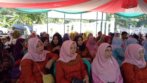 Foto : Ibu ibu warga Desa Situsari menghadiri Acara pelepasan Kades Situsari yang sudah habis Masa jabatan Periode kepemimpinan.
