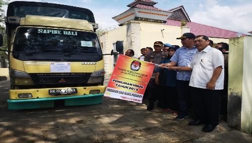 Ket foto  : Bupati Karo, Ketua KPUD, Bawaslu dan Polres Karo saat melepas keberangkatan armada logistik Pemilu ke Empat Kecamatan Di Wilayah Kabupaten Karo, Minggu (14/04) 2019