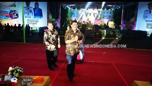 Ket foto : Bupati Karo (belakang) tampak menuju ke lokasi kegiatan pesta rakyat di lapangan Benteng Medan  sekaligus mengikuti penerimaan penghargaan Prihal RSU Kabanjahe  masuk Juara  II  kategori tipe C terbaik se Sumut, Sabtu (27/04) 2019