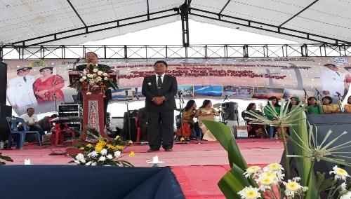 Foto : Bupati dan Wakil Bupati Samosir disela memberi kata sambutan pada perayaan paskah Oikumene pemerintah kabupaten samosir di Pantai pasir Putih Pandua kecamatan Nainggolan,.Jum'at (10/5)