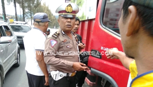 Ket foto  : Kapos Lantas Berastagi Ipda Poltak Hutahean saat berada di TKP mengamankan situasi, Jumat (10/05) 2019
