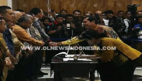 Ket foto  : tampak Bupati Karo Terkelin Brahmana SH usai melakukan penandatangan komitmen di gedung Lt II Kantor Gubernur Sumatera Utara, menyalami Ketua KPK Selasa (14/05) 2019