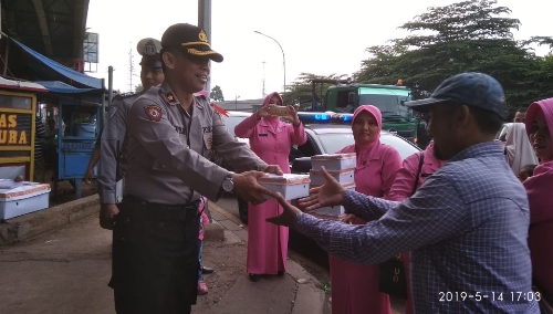 Foto bersama kapolsek cileungsi beserta anggota dan ibu ibu bhayangkari sebelum acara bagi bagi takjil