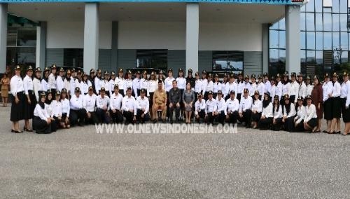 Ket foto : Bupati dan wakil Bupati Karo, dan Sekda Kab Karo Drs Kamperas Terkelin Purba berfose bersama seluruh CPNS di sela sela penyerahan SK di halaman kantor Bupati Karo Kabanjahe pada Senin (13/05) 2019