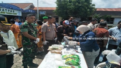 Ket foto : Kapolres Tanah Karo AKBP Benny Remus Hutajulu S.I.K turut serta dalam pemusnahan Narkoba di Halaman Mapolres Karo Kabanjahe pada Kamis (16/05) 2019
