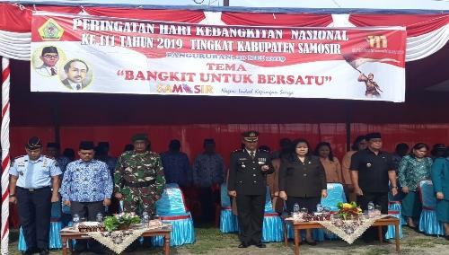 Foto : Para Forkompinda kab.Samosir serta ASN turut hadir di apel Harkutnas ke 111 di tanah lapang Pangururan.