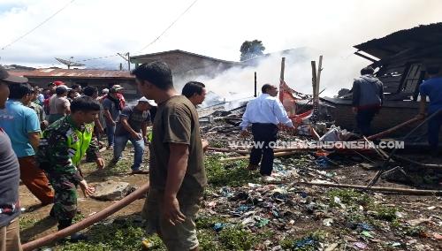 Ket foto  : tampak Kanit Reskrim Polsekta Berastagi bersama personil turut membantu pemadaman Api, Senin (20/05) 2019