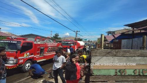Ket foto : pemadam kebakaran (Damkar) milik Pemkab Karo dalam waktu singkat tiba di lokasi kebakaran