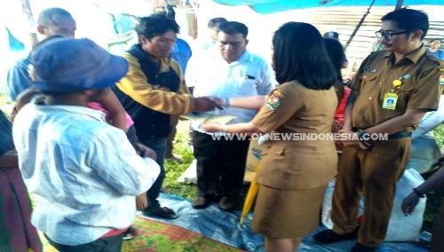 Ket foto : tampak Kepala Puskesmas Berastagi dr Rahmenda Sembiring memberikan santunan kepada Kadus Rawalsem Purba, Selasa (21/05) 2019