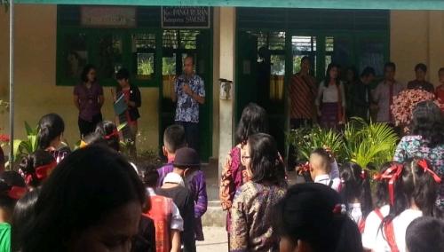 Foto : Kepala Dinas Pendidikan Kabupaten Samosir Sumatera Utara, Rikardo Hutajulu M.Si memberi sambutannya di FLS2N, Kamis (24/5) bertempat di SDN 28 Parlondut kecamatan Pangururan.